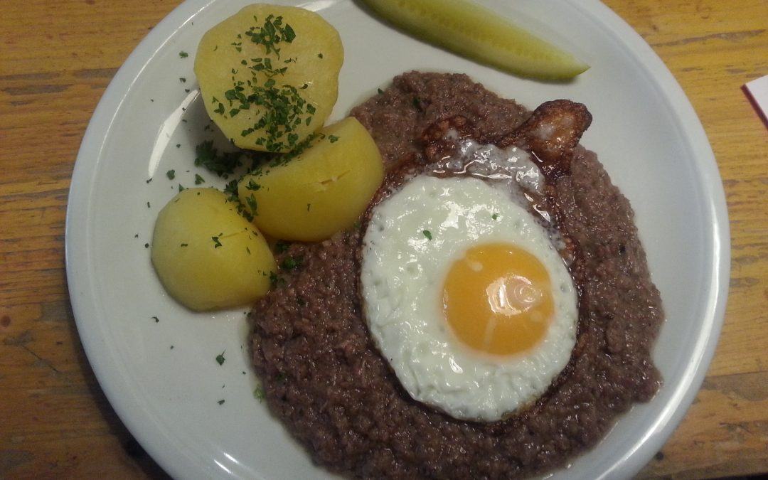 Calenberger Pfannenschlag mit Gewürzgurke, Spiegelei und Salzkartoffeln
