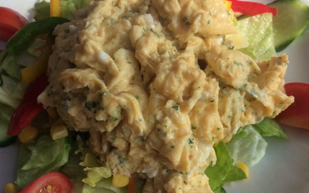 Salatteller mit Kräuterrührei