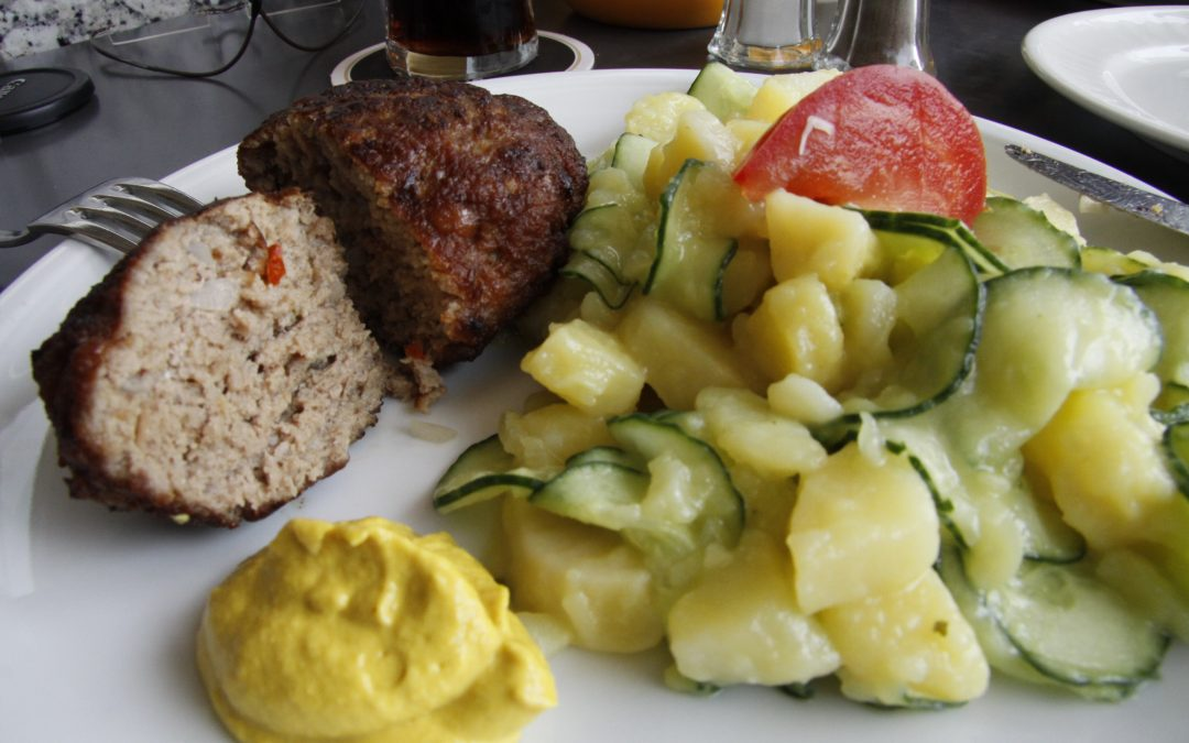 Hausgemachte Frikadelle mit Kartoffelsalat und Gurken