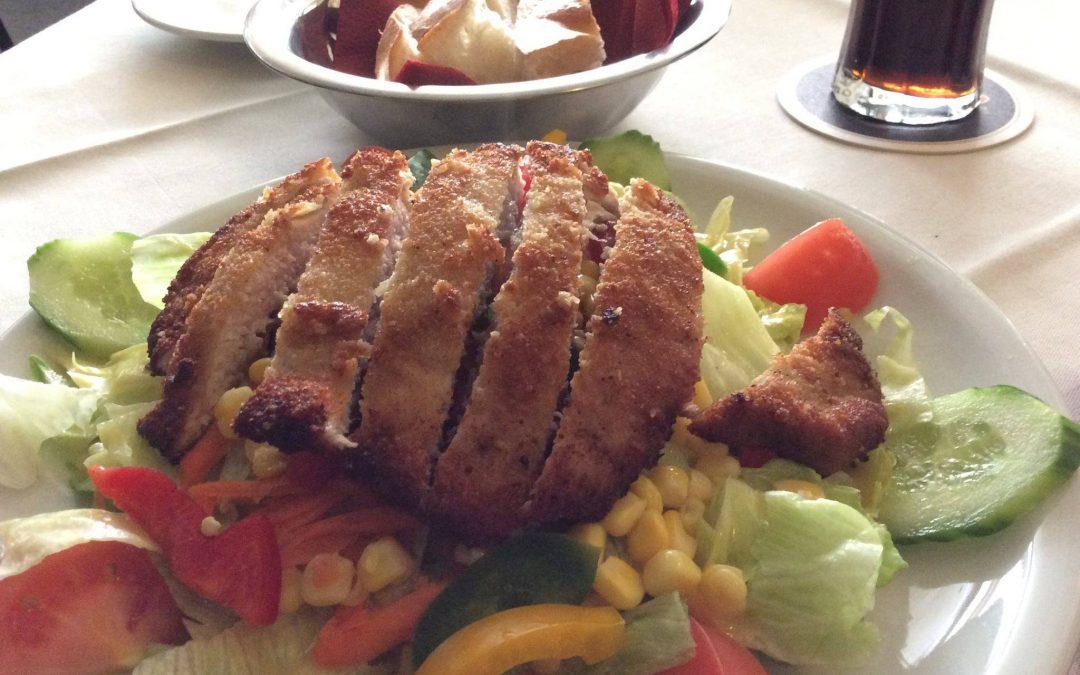 Salatteller mit Schnitzelstreifen