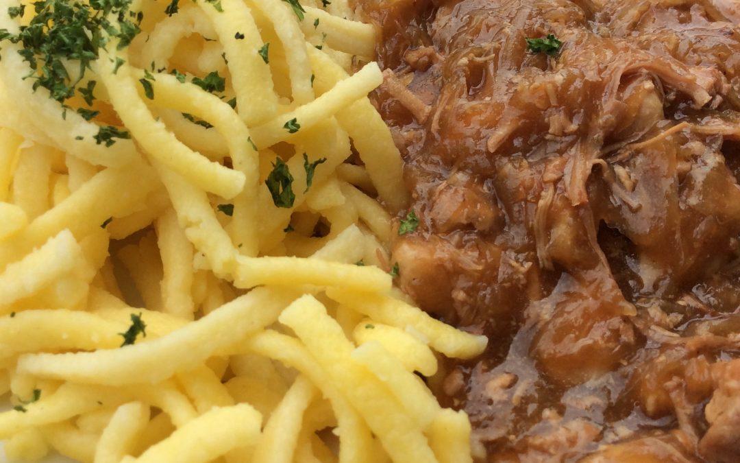 Szegediner Gulasch mit Spätzle oder Salzkartoffeln